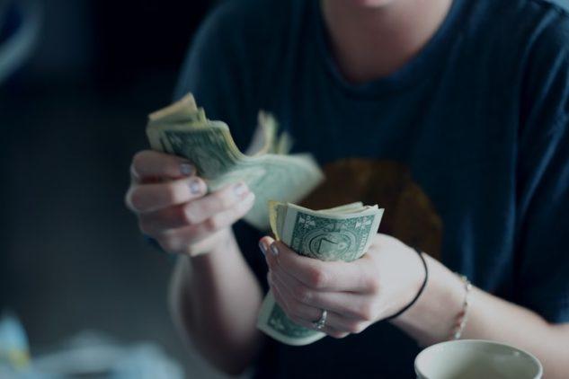 お金を数える写真